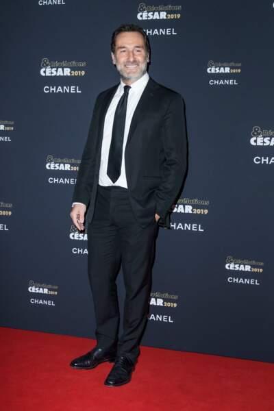 Gilles Lellouche en costume-cravate à la soirée des révélations des Césars.