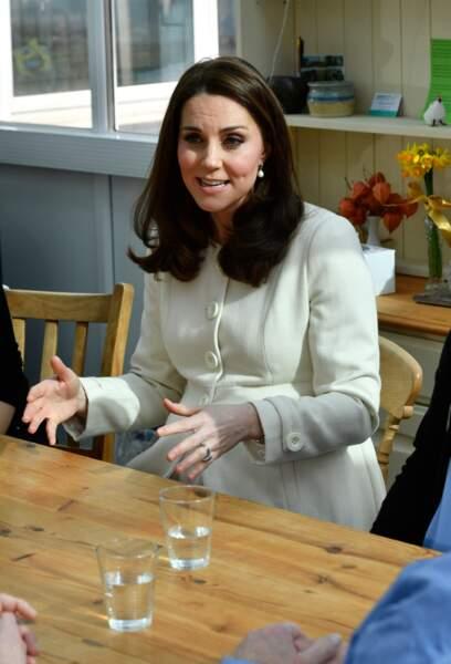 Kate Middleton, les cheveux lâchés et le teint glowy ne quitte jamais son manteau en public