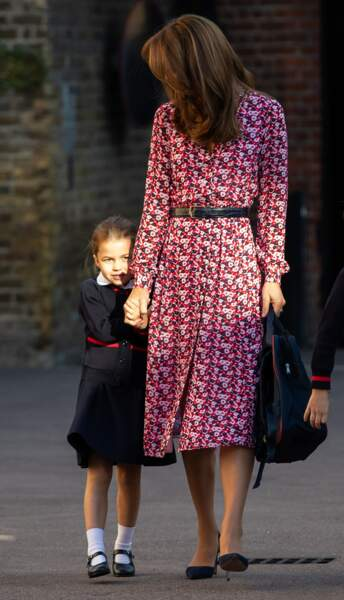 Cheveux parfaitement lissés, robe fleurie chic Michael Kors, Kate Middleton assure