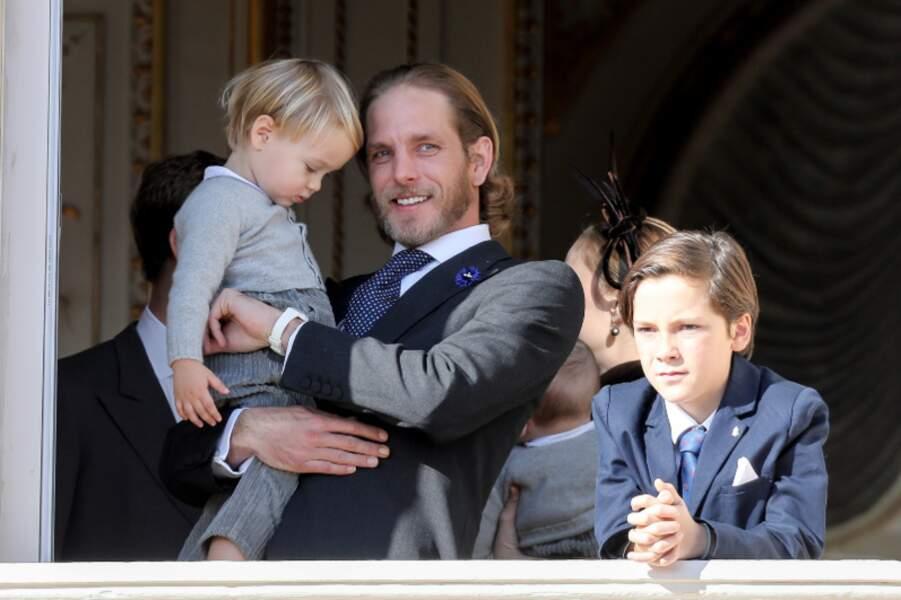 Andrea Casiraghi, un papa stylé avec son fils Sacha et son neveu Stefano dans ses bras