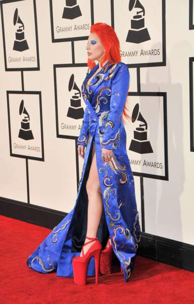 Reine du fashion faux-pas, Lady Gaga, juchée sur ses talons XXL, se plante dans cet hommage à Bowie