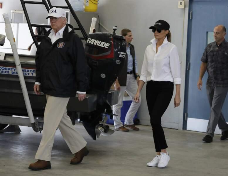 """Melania Trump et sa casquette """"FLOTUS"""", portée à son arrivée au Texas, le 29 août 2017"""