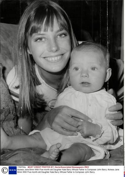 Jane Birkin avec sa fille Kate Barry (dont le père est le compositeur John Barry) âgée de 5 mois, en 1967
