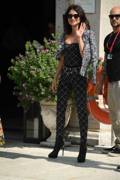 Penelope Cruz sexy en combinaison moulante et boots haute Chanel à la Mostra de Venise le 1er septembre 2019.