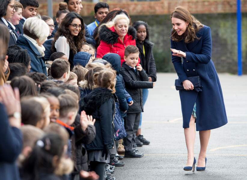 Le manteau bleu marine, porté par Kate Middleton le 10 janvier 2018 lors de sa visite de la Reach Academy à Londres