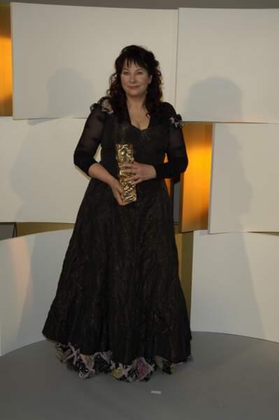 """Yolande Moreau pose avec le César de la meilleure actrice, reçu pour son rôle dans """"Que la mer monte..."""" (2005)"""