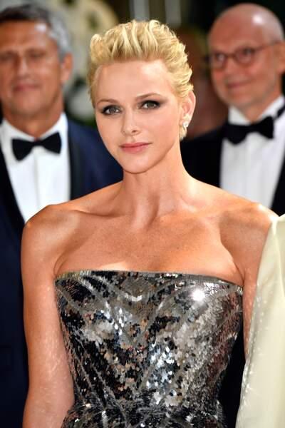 La princesse Charlène de Monaco sublime dans une robe bustier argentée