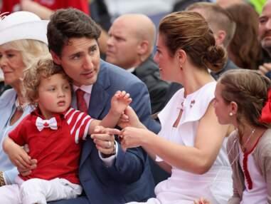Hadrien, le fils de Justin Trudeau, très mignon en nœud papillon, cheveux longs et vernis sur les ongles