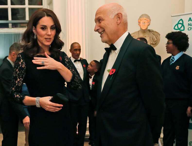 Kate Middleton sublime en robe noire longue et manches en dentelle