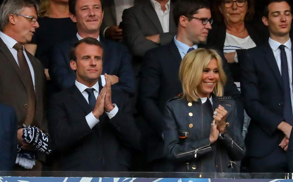 Brigitte Macron tout sourire aux côtés de son homme