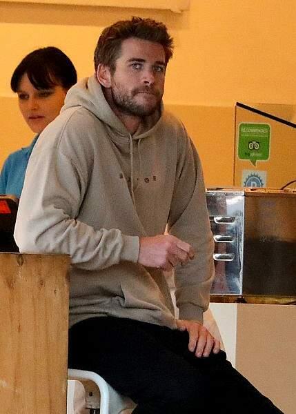 Liam Hemsworth, déconfit dans un magasin de frozen yogurt après sa rupture avec Miley Cyrus