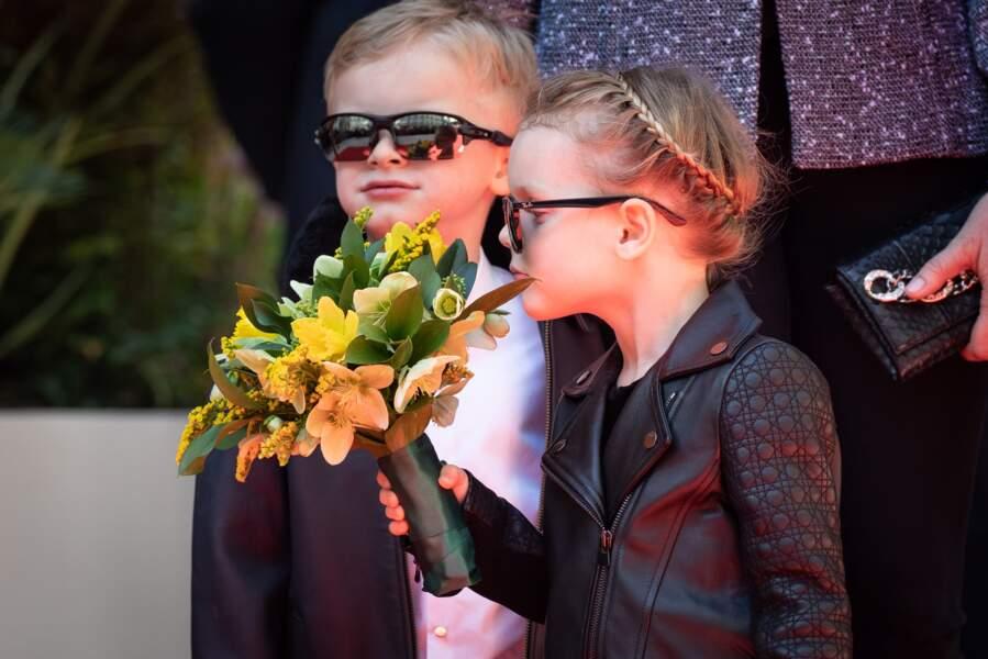 La princesse Gabriella portait un bouquet offert à sa mère Charlène