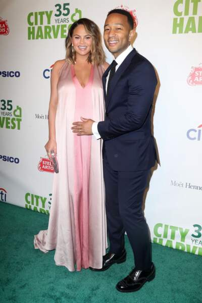Chrissy Teigen enceinte et son mari John Legend au 35ème gala annuel City Harvest à New York, le 24 avril 2018