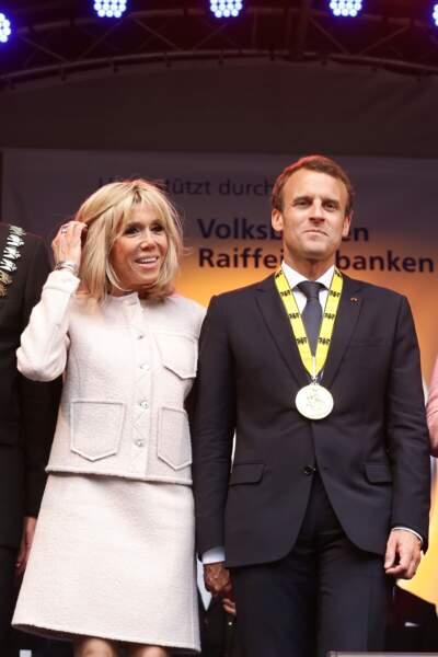 Brigitte Macron surprend en robe sorse poudrée façon Jackie Kennedy