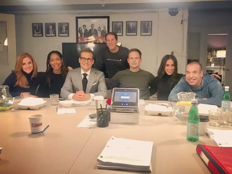 Meghan Markle et l'équipe de la série Suits sur le tournage de la saison 7 en novembre 2017