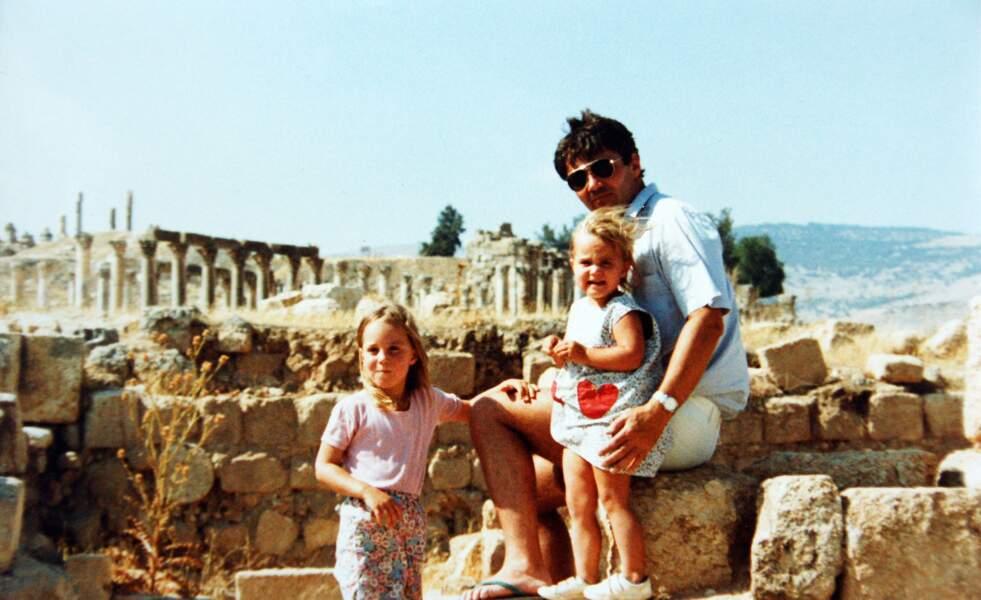 Kate et Pippa Middleton, avec leur père Michael, lors d'un séjour en Jordanie en 1986