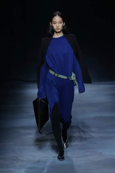 Givenchy utilise le bleu nuit pour une robe ceinturée et fendue au niveau du genou, le style de Meghan Markle.