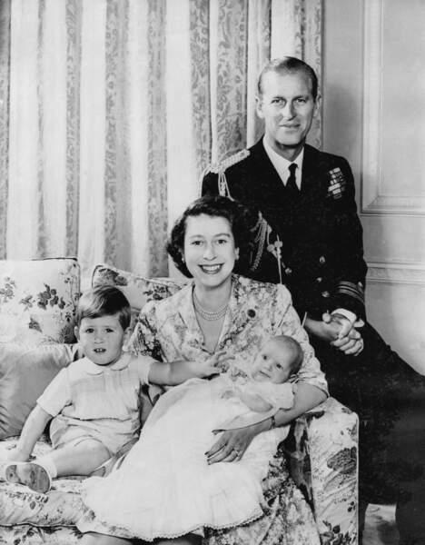 Elizabeth, Philip, Charles et Anne dans le salon de Clarence House le 9 janvier 1951 à Londres