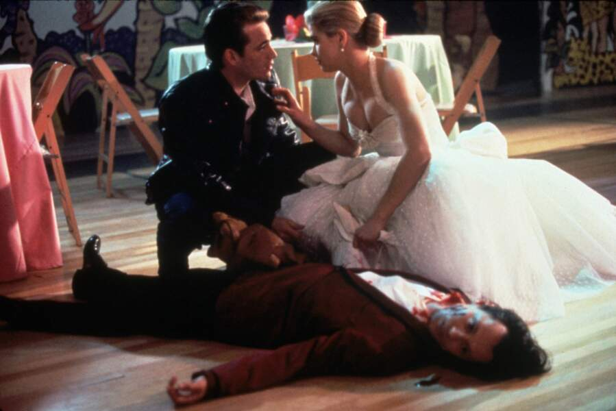 """Luke Perry et Kristy Swanson sur le tournage du film """"Buffy, tueuse de vampires"""", en 1992"""