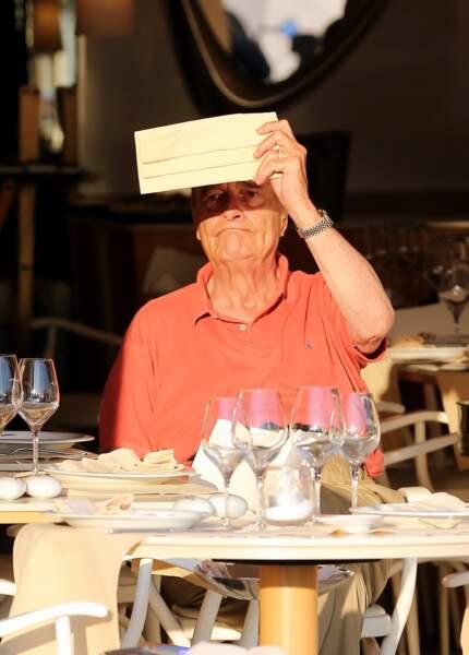 Jacques Chirac profite du soleil dans un restaurant à Saint-Tropez, le 10 aout 2012.