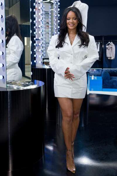 Lors de la soirée privée du 22 mai, Rihanna portait une de ses robes-blazer blanche et des cheveux ultra longs