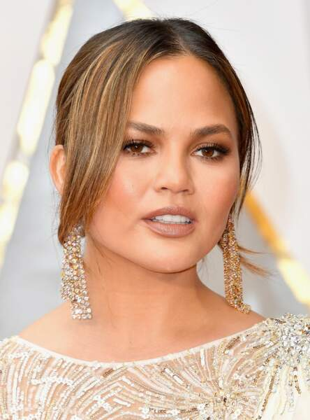Un make-up bronze comme Chrissy Teigen