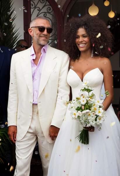 Un marié à la cool :  Vincent Cassel en rose et blanc épouse Tina Kunakey le 24 août 2018.