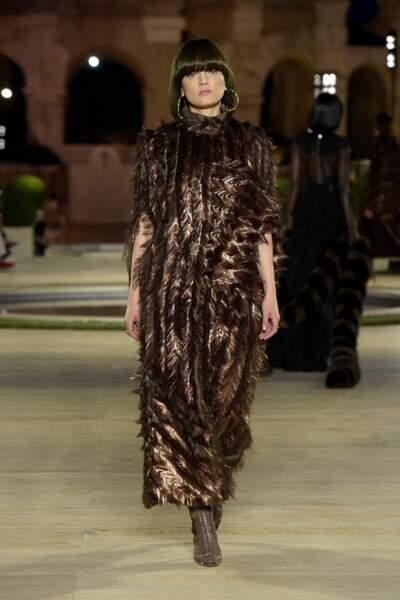 Fièvre eighties : pour la saison Automne-Hiver 2019/2020, Fendi ajoute des paillettes à ses looks Haute-Couture.
