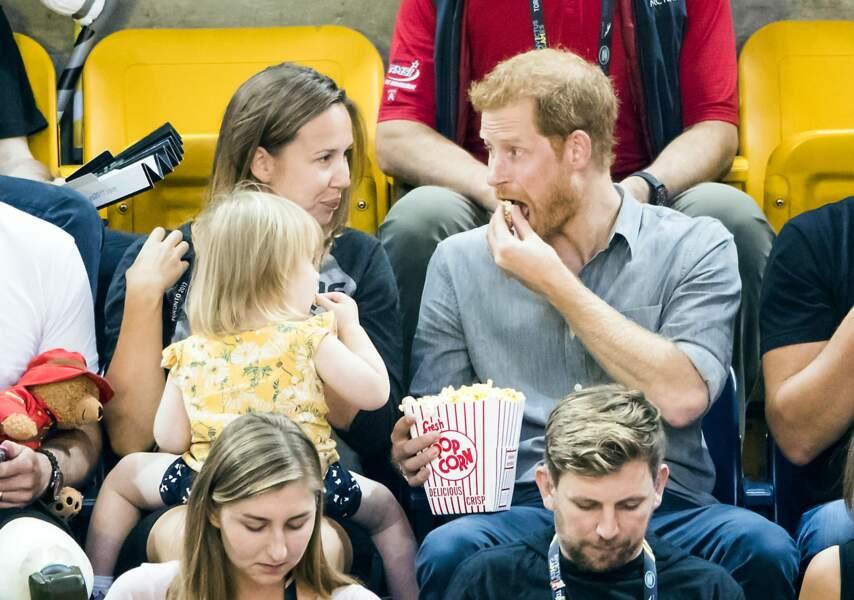 Le prince Harry s'amuse avec une petite fille lors des Invictus Games