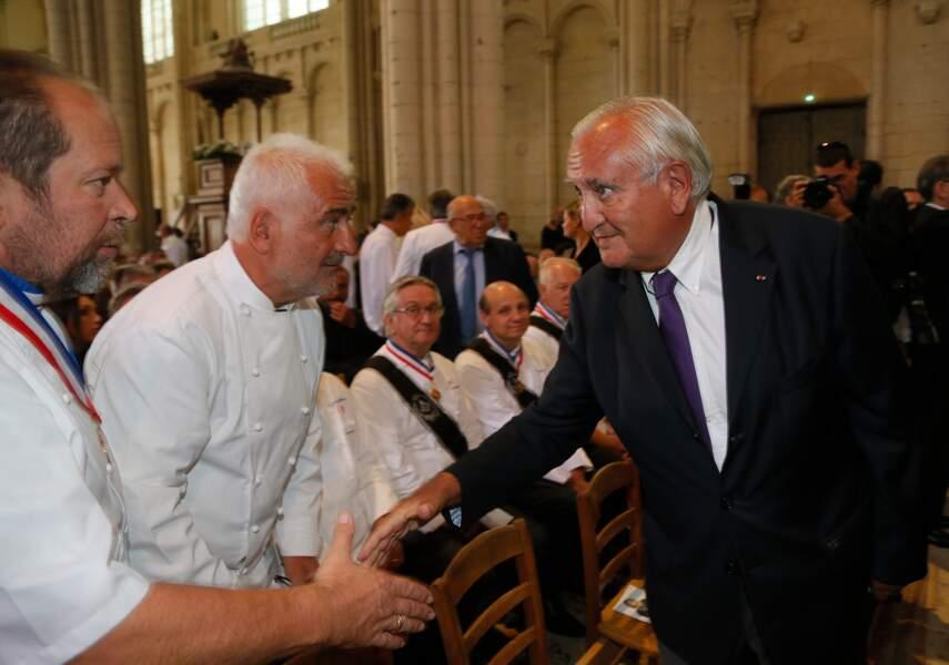 Guy Savoy et Jean-Pierre Raffarin aux obsèques de Joël Robuchon à la cathédrale Saint-Pierre de Poitiers le 17 août