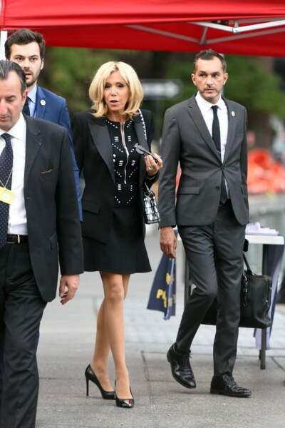Brigitte Macron en robe noire à zip sur le devant