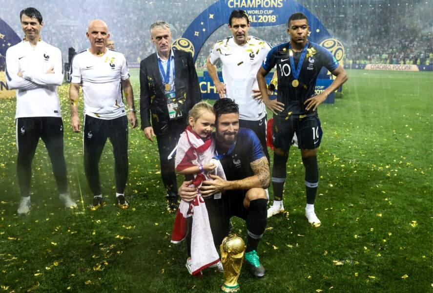 Olivier Giroud prend la pose avec sa fille Jade et la Coupe du monde, après la victoire des Bleus