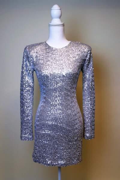 Les sequins : des détails qui forment la robe argentée de Jenifer, en vente sur Ebay à partir du 10 décembre 2018.