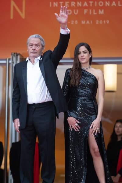 Anouchka Delon et Alain Delon posent devant la foule avant la remise de la Palme d'honneur à Cannes, le 19 mai 2019
