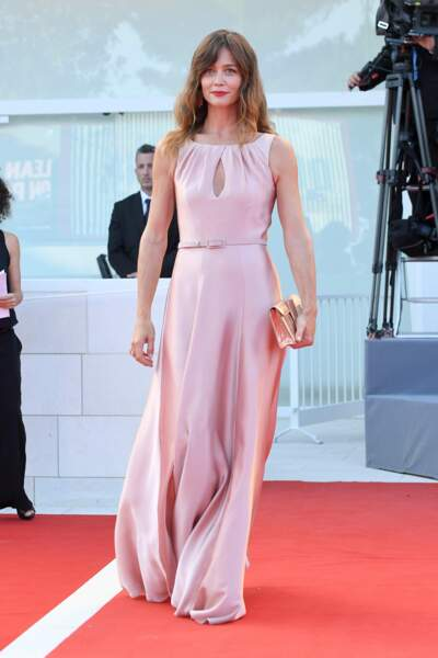 Des lèvres d'un rouge tendre pour l'actrice Francesca Cavallin, quasi assorti à sa robe drapée rose