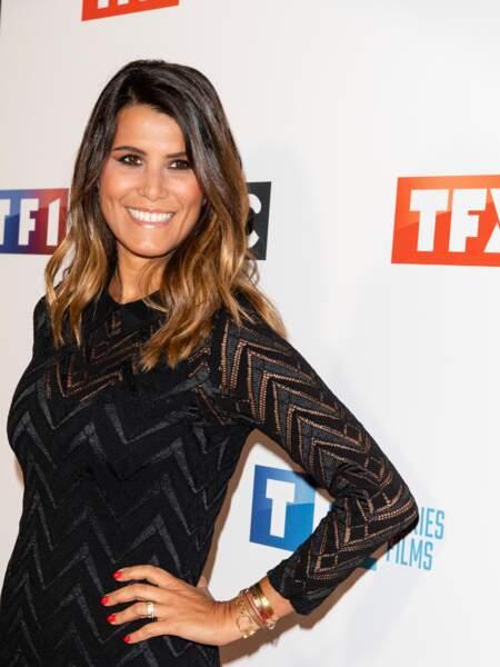 Karine Ferri encore toute bronzée des vacances, en robe noire chic et cheveux colorés qui illuminent son visage