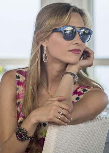 Beatrice Borromeo affectionne les bijoux imposants et les lunettes de soleil de toutes les couleurs ici