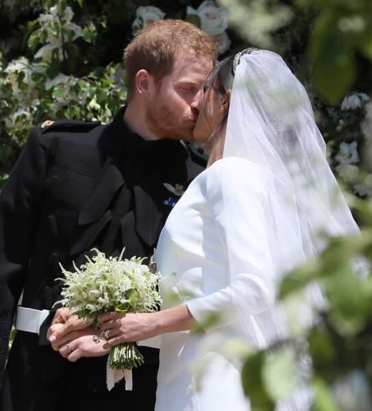 Un baiser fougueux pour les jeunes mariés Meghan Markle et le prince Harry au château de Windsor.