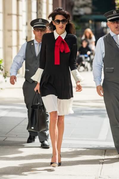 Les lunettes noires : un accessoire mode incontournable pour Amal Clooney