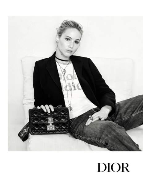 En jean brut façon mum, vêtue de tee-shirts à message, une veste de tailleur noire jetée sur les épaules…