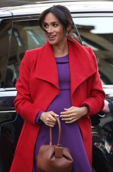 Sous son manteau, une robe d'un violet vibrant signée Babaton
