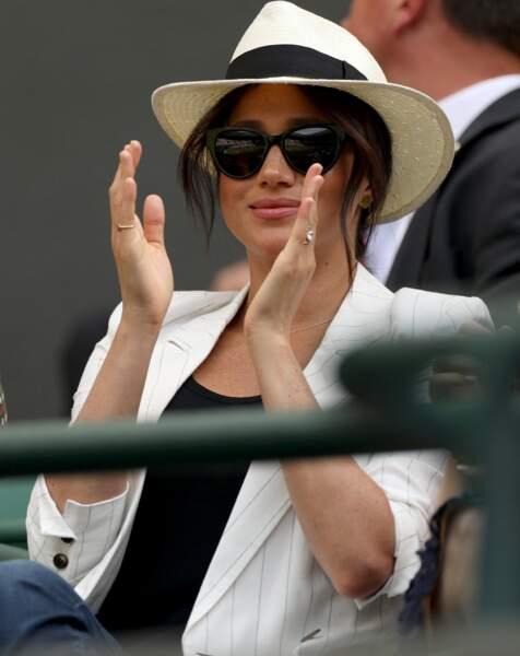 Meghan Markle était très chic, en noir et blanc avec son panama, dans les tribunes de Wimbledon à Londres.