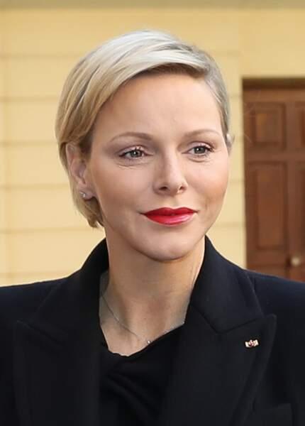 Charlène de Monaco rehausse son teint avec une décoloration blond presque platine sur coupe courte