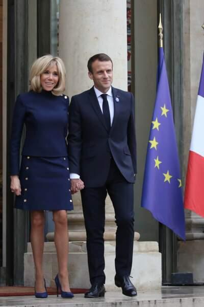 """Brigitte Macron dans un ensemble bleu """"navy"""" : la presse anglaise la compare à Britney Spears avec humour"""