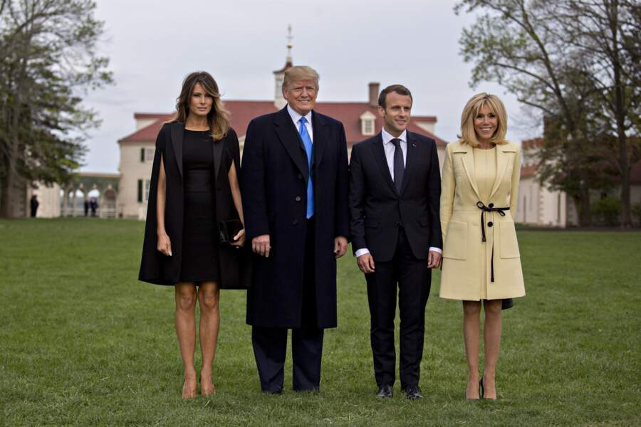 Brigitte Macron en tailleur jaune pâle signé Louis Vuitton et Melania Trump en cape Givenchy