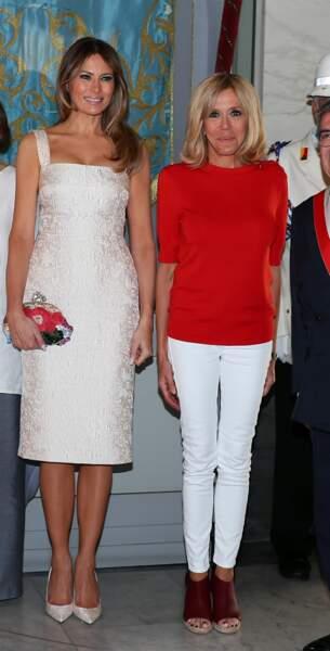Autre temps, autre moeurs : Avec Melania Trump, Brigitte porte aussi le pantalon blanc.