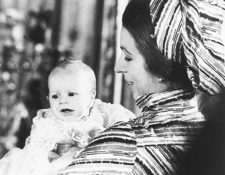 La princesse Anne pose avec son fils Peter Phillips, à l'occasion de son baptême à Buckingham, 12 décembre 1977