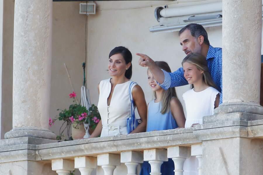Letizia et Felipe d'Espagne étaient ravis d'apprendre des choses à leurs filles Leonor et Sofia