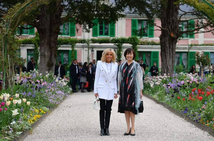 Brigitte Macron et Akie Abe, femme du premier ministre du Japon, souriantes à Giverny