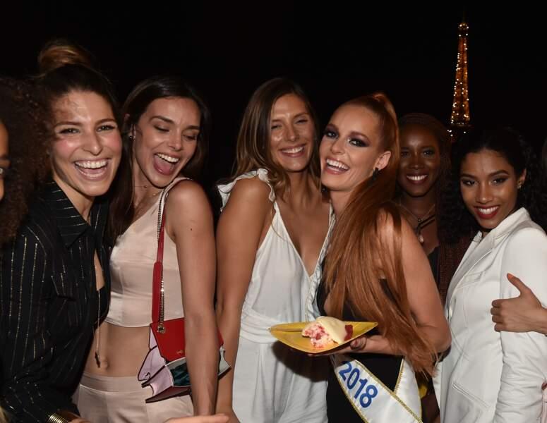 Maeva Coucke et ses amies posent pour les photographes